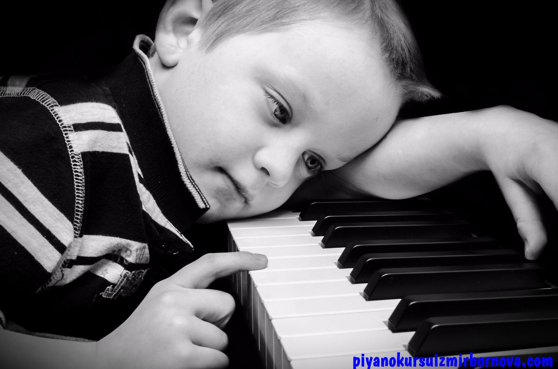 Piyano çalan çocuk